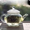 Белый чай Свое название белый чай получил из-за серебристых ворсинок на почках на тыльной стороне листьев, сохраняющихся после обработки. Другие виды чаев в процессе скручивания и ферментации теряют эти нежные ворсинки. Белый чай делают из нераспустившихся почек и молодых листьев. Его почти не ...