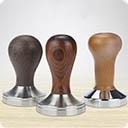 Темперы Название «темпер» произошло от английского слова tamping – трамбовка или уплотнение. Это приспособление для прессовки молотого кофе в съемном холдере. Темперовка - один из основополагающих процессов в приготовлении кофе, от которого напрямую зависит качество полученного ...